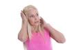 Schockierte junge blonde Frau in Pink - isoliert auf Weiß