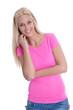 Glückliche junge Frau in Shirt pink auf weiß isoliert