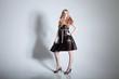 Junge schlanke Frau posiert sexy im Fotostudio