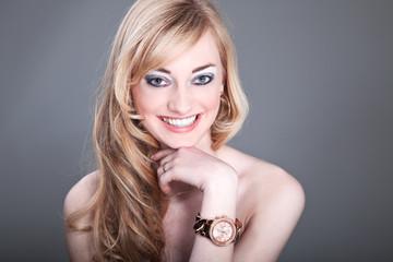 Junge hübsche Frau lächelt im Fotostudio