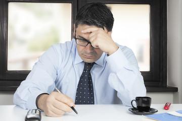 Uomo in ufficio preoccupato