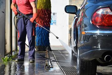 Lavaggio auto con idropulitrice