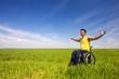 Rollstuhlfahrer genießt seine Freiheit