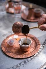 Orientalischer Mokka beim Einschenken