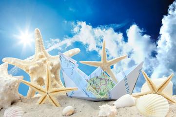 Gute Reise: Papierschiff, Seesterne, Sand und Muscheln :)
