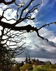 Dunkle Wolken über Kloster St. Michael