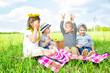 Geschwister machen zusammen Picknick