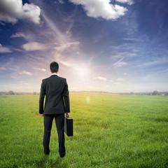 Mann steht in der Landschaft