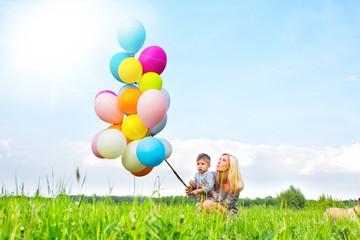 mutter und kind mit luftballoons