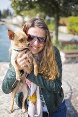Abbraccio Donna con cane Chihuahua