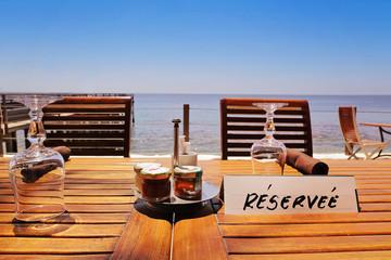 table de restaurant réservée au bord de mer