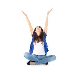 Glückliche junge Frau sitzend am Boden isoliert