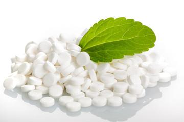 Stevia-Blatt auf Stevia-Dragees