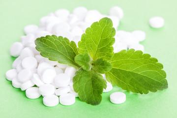 Stevia-Blätter und Stevia-Dragees