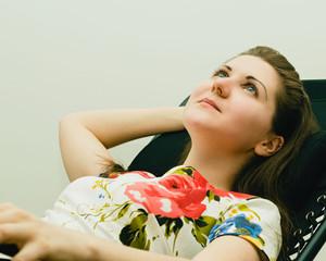 Загадочная красивая девушка мечтает лежа