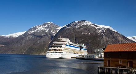 Kreuzfahrtschiff in Norwegen