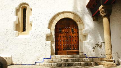 Fachada y puerta del palau de Mar i Cel en Sitges, Barcelona