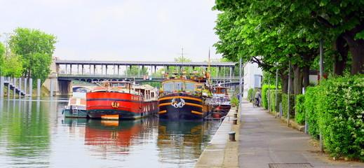 péniches sur quai de seine à Paris