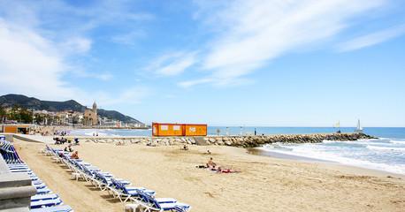 Panorámica de playa con tumbonas en Sitges, Barcelona