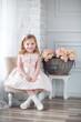 Leinwanddruck Bild - niña en la fiesta sentada en una silla