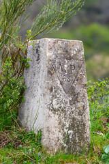 Señal de piedra en camino en la montaña