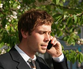 Geschäftsmann telefoniert in der Mittagspause