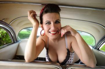 Burlesque Mitfahrerin im Oldtimer