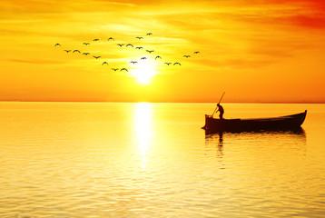 el pescador  solitario en el oceano