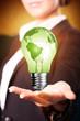 Geschäftsfrau mit grüner Glühlampe