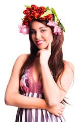 attraktive junge Frau mit Blumenkopfschmuck