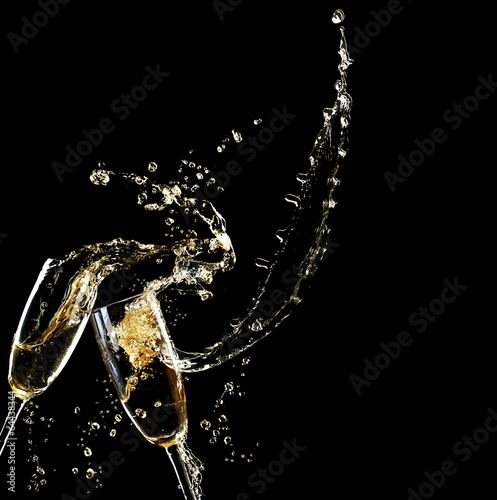 Papiers peints Vin Glasses of champagne with splash, on black background