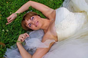 Невеста лежит на земле