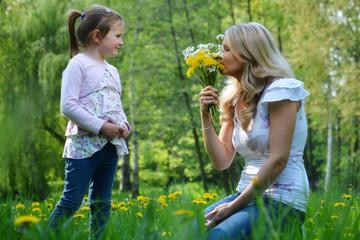 Kind schenkt Mutter Blumen