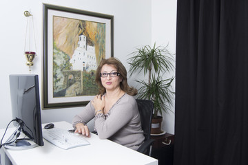 Woman in front of computer (office, work, business)