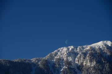 berg mit schnee und mond am himmel
