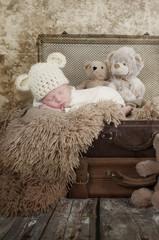 Baby im alten Koffer