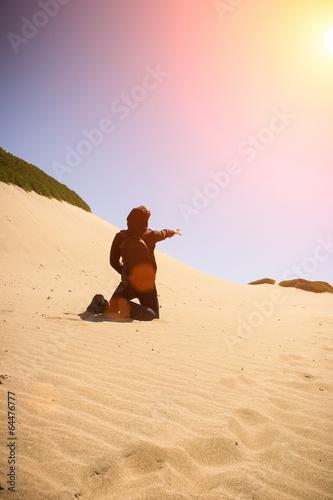 verzweifelter Mann in Wüstenlandschaft