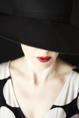 Retrato de mujer de estilo clásico y elegante.