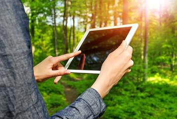 Hände halten Tablet-PC Display leer beim Wandern