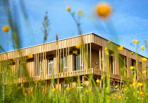 Leinwanddruck Bild Holzhaus modern ökologisch Gebäude Holzfassade in Natur