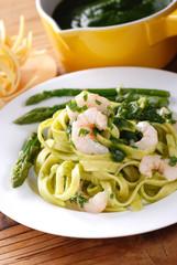 fettuccine alla crema di asparagi con gamberetti