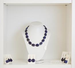 Halskette und Ohrringe beim Juwelier