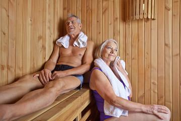 Paar Senioren im Urlaub in der Sauna