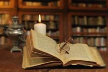 Ustawienie biblioteka z starych książek