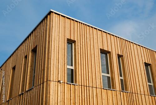 Leinwanddruck Bild Holzhaus mit Holzfassade – Modern House with wooden Facade