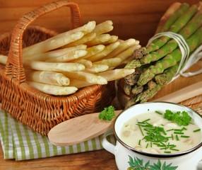 Frischer Spargel mit Suppe
