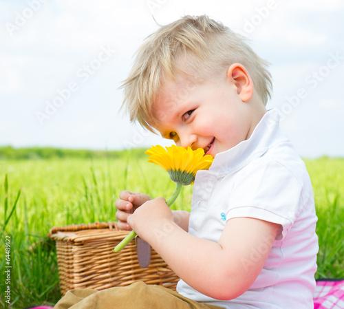 Kind mit Blume in der Natur