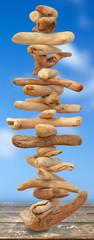 empilement de bois flottés en équilibre