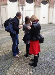 turisti guardano sul telefono il percorso