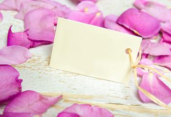 Platzkärtchen mit Rosenblütenblättern :)